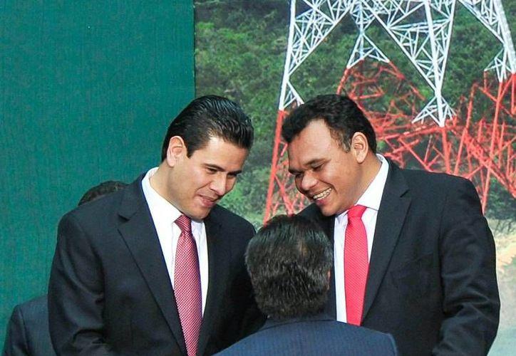 El gobernador Rolando Zapata (d) asistió a la promulgación de la reforma constitucional en materia energética, en ceremonia presidida por el presidente Peña Nieto en Palacio Nacional. (Cortesía)