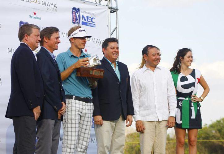 Daniel Mazziotta, de camisa azul claro, con el premio que lo acredita como ganador del Mundo Maya Open. (Juan Albornoz/Milenio Novedades)