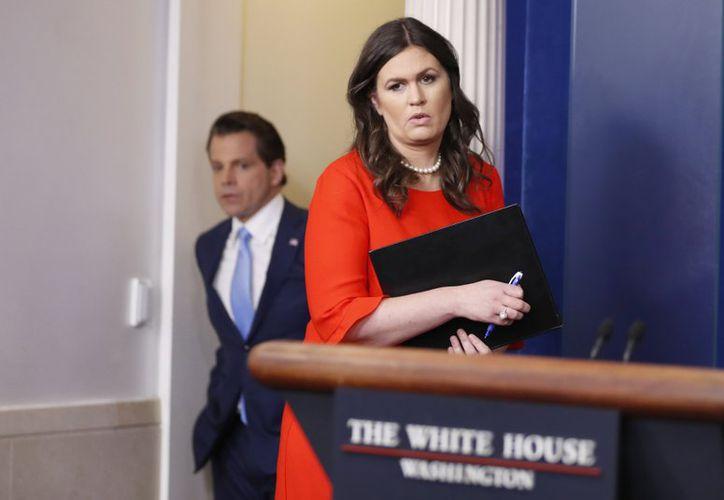 Poco a poco Sanders fue reemplazando a Spicer en las conferencias de prensa.  (AP)