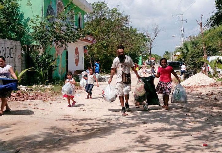 El centro cultural el Hongo organiza la entrega de los juguetes en la colonia irregular. (Octavio Martínez/SIPSE)