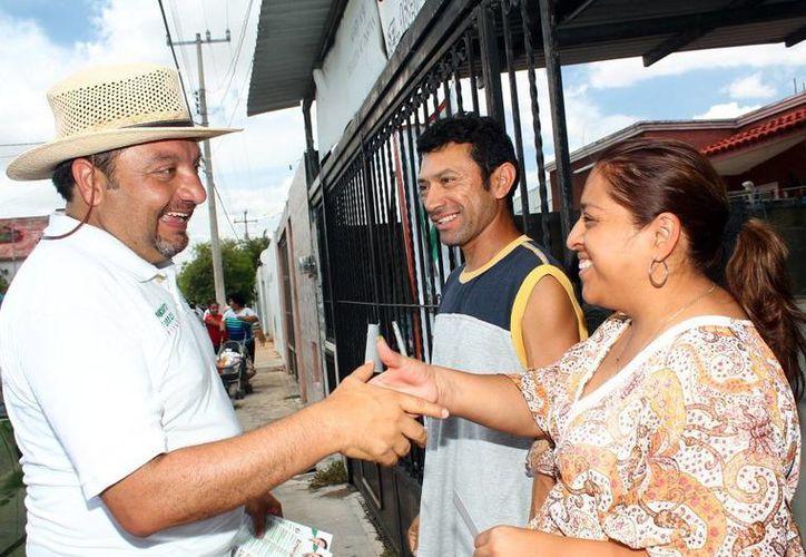 El candidato del PRI y PVEM Francisco Torres Rivas saludó a los vecinos. (Milenio Novedades)