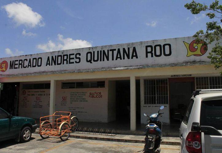 El Ayuntamiento dice no contar con los recursos para reparar el techo del mercado Andrés Quintana Roo. (Harold Alcocer/SIPSE)