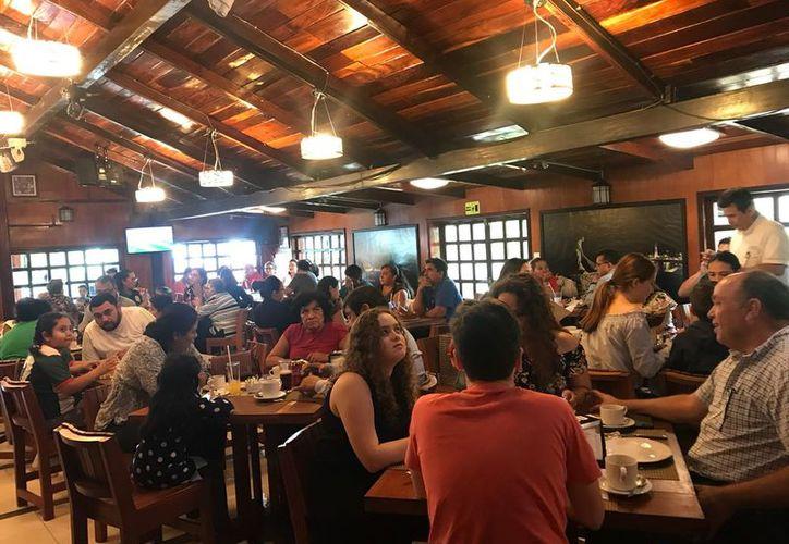 Las promociones como bebidas al 2x1, Happy Hour y menú con descuentos, ayudaron a captar más clientes. (Joel Zamora/SIPSE)