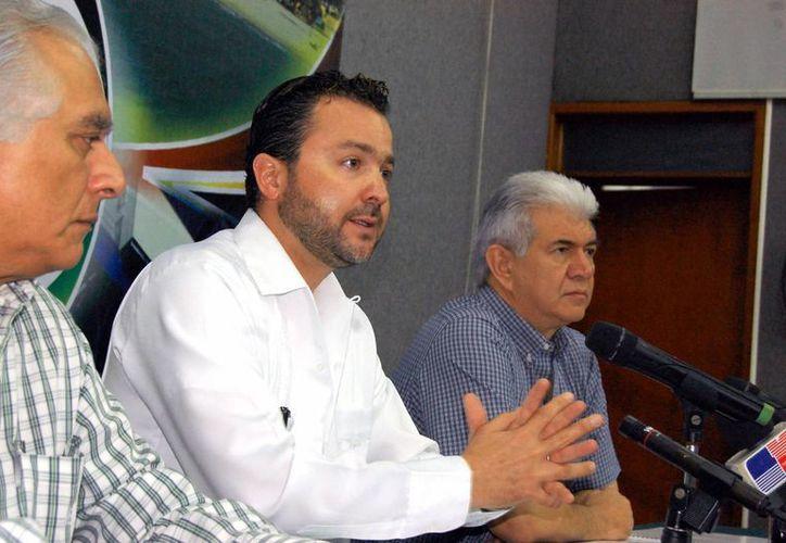 """Benigno Villareal del Río (centro), director general de la empresa """"Vive Energía"""". (Wilbert Argüelles/SIPSE)"""