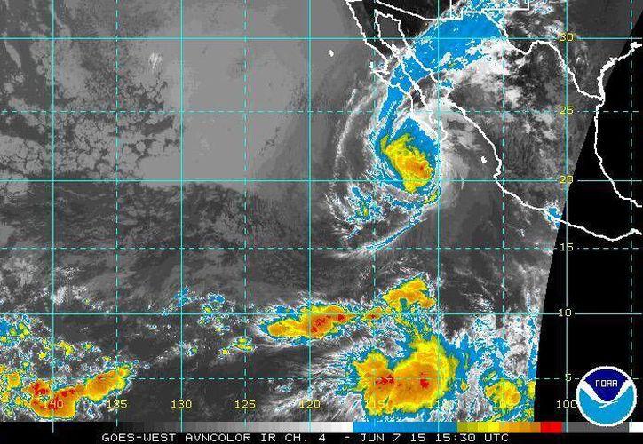 El huracán Blanca ya es categoría I pero se mantiene la zona de vigilancia por tormenta tropical en la costa este de Baja California Sur. (ssd.noaa.gov)