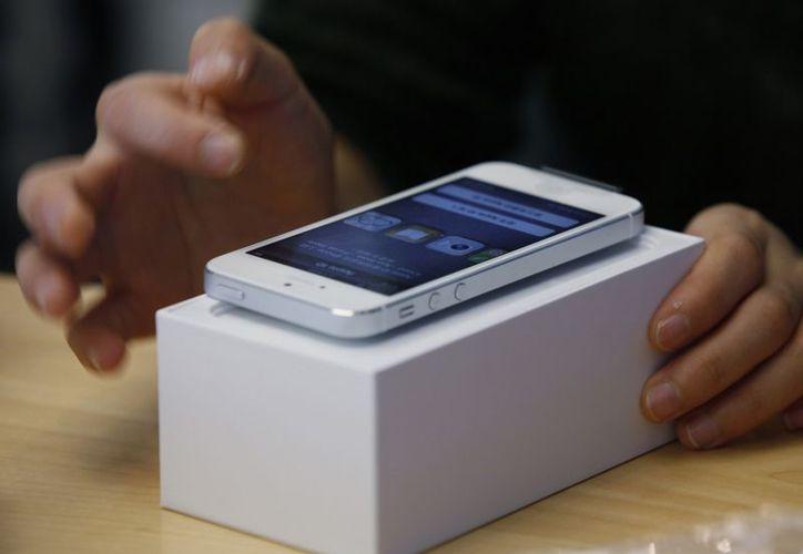 Apple aumentará aún más su dominio con el iPhone 5, a partir de las ventas de Navidad. (Archivo/AP)