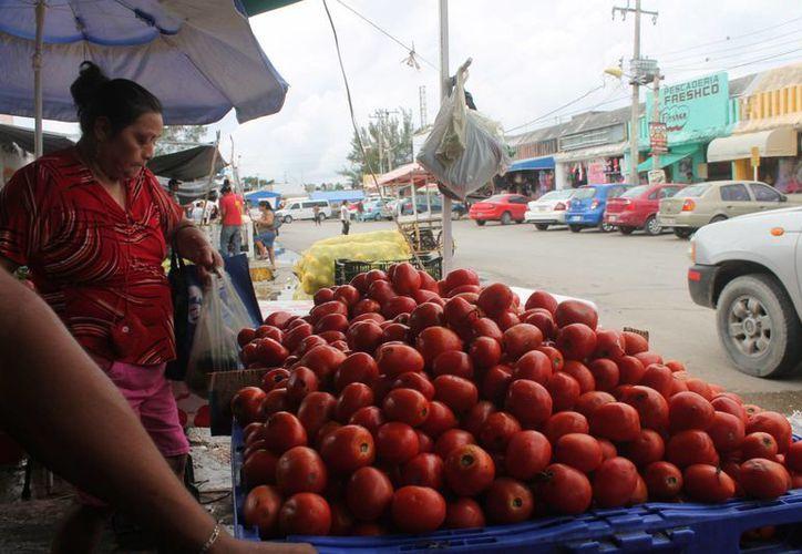 En las primeras horas de la mañana de ayer los comerciantes trabajaban en la asignación de nuevos precios para el público. (Hugo Zúñiga/SIPSE)