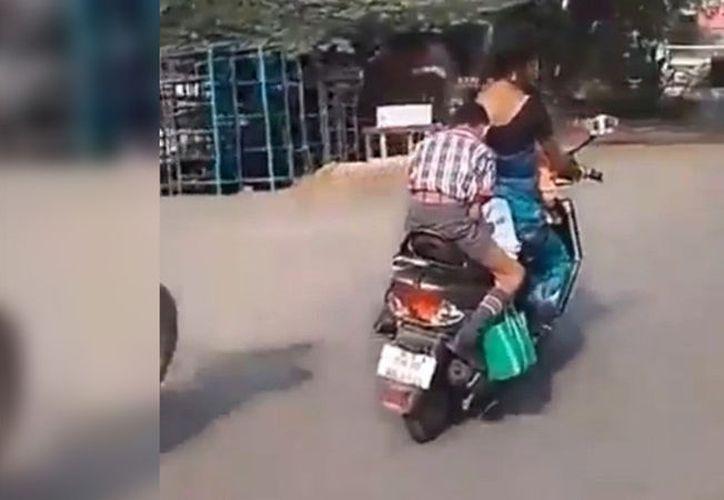 En India los alumnos están sometidos a presión por parte de los profesores, y en caso de no hacer sus deberes, pueden sufrir un castigo corporal. (RT)