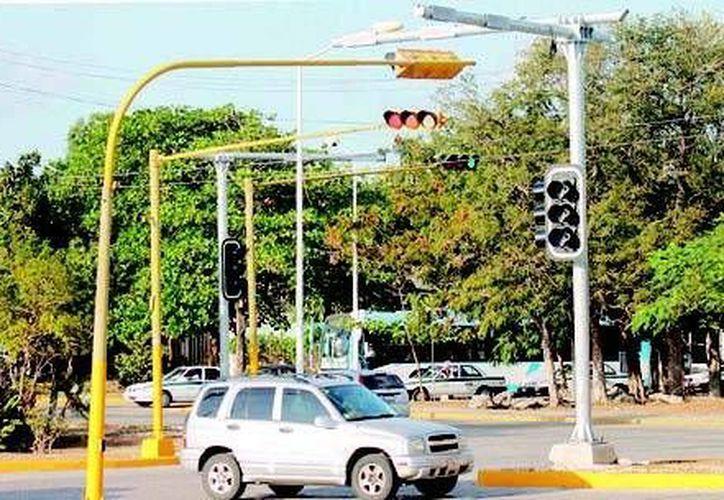 A través de los semáforos inteligentes, se facilitará el movimiento de autos, lo que ayudará a evitar embotellamientos. (Tomás Álvarez/SIPSE)