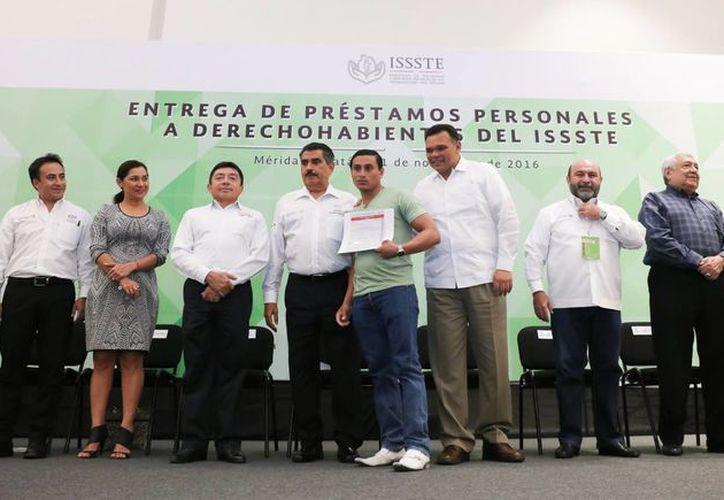 Derechohabientes yucatecos del Issste recibieron este viernes préstamos por más de 112 mdp. (Foto cortesía del Gobierno de Yucatán)