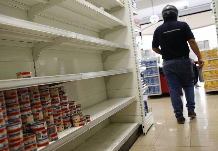 El desabasto de básicos continúa golpeando a los venezolanos. (EFE)