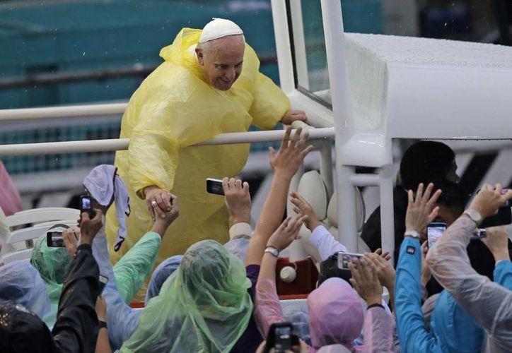 El Papa llamó a los filipinos a ser misioneros del mensaje de Dios en Asia. (AP)