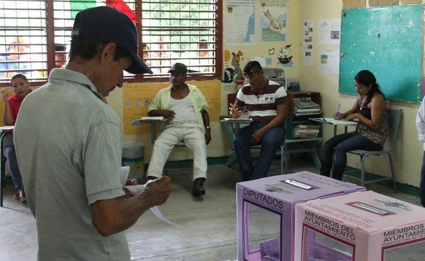 La ciudadanía continúa acudiendo a las casillas para emitir su voto. (Edgardo Rodríguez/SIPSE)