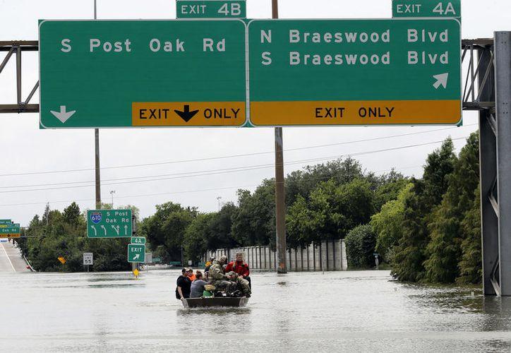 Con Harvey, Houston enfrenta inundaciones sin precedentes que paralizaron las actividades en centros de trabajo, escuelas y otros lugares. (Vanguardia)