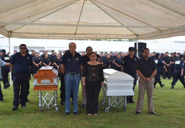 Familiares, amigos, compañeros y mandos policiacos dieron el último 'adiós' a los policías ministeriales que cayeron en el cumplimiento de su deber. (Redacción/SIPSE)