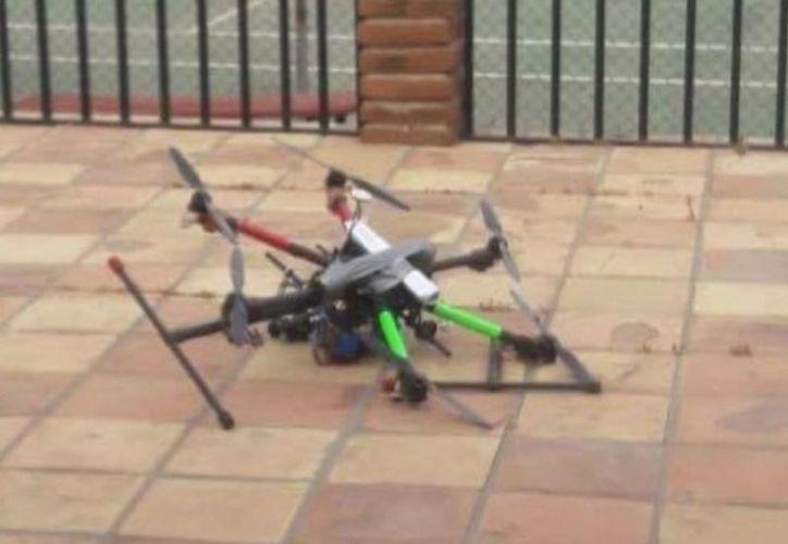 Los oficiales informaron que en el patio de la casa se encontró uno de los drones. (Contexto)