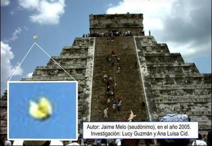 Imagen captada por una turista de Argentina, en la que se ve junto a la pirámide de Kukulcán un OVNI. (Jorge Moreno/SIPSE)