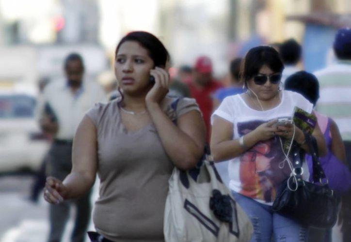 La última revisión obre los posibles efectos de las radiaciones de los celulares en la salud se remonta a 1996, cuando todavía no estaban tan difundidos. (SIPSE)