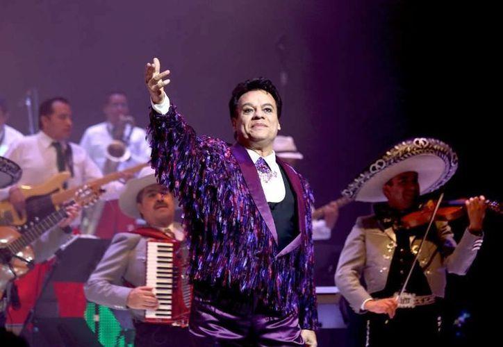 La serie cuenta la historia del famoso cantautor Juan Gabriel, quien tuvo mucho éxito con la canción 'Hasta que te conocí'.(Notimex)