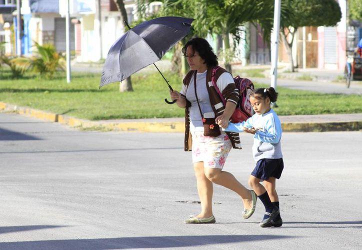 Con las variantes que presenta el clima, la Secretaría Estatal de Salud recomendó protegerse para no padecer alguna enfermedad respiratoria. (Harold Alcocer/SIPSE)