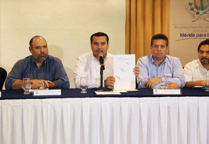 En rueda de prensa presidida por el alcalde Renán Barrera se informó que Mérida volverá a estar bien iluminada en 10 meses. (Milenio Novedades)