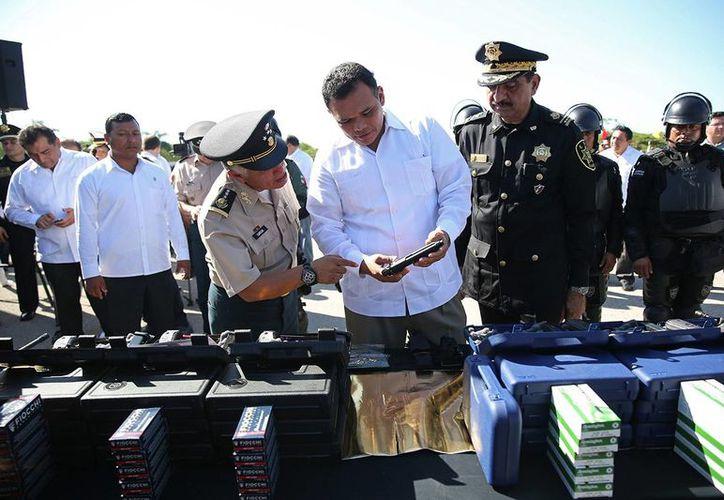El gobernador Rolando Zapata Bello entregó equipo y armamento a la SSP. (SIPSE)