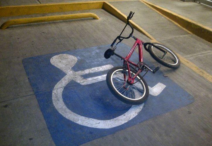 Habitantes de Cozumel denuncian constantemente el uso indebido de espacios públicos destinados a personas con alguna discapacidad. (Irving Canul/SIPSE)