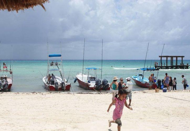 Embarcaciones se dividen para la pesca y el servicio al turismo en solidaridad. (Loana Segovia/SIPSE)