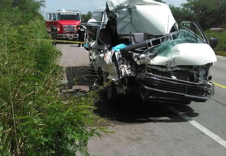 Una camioneta y un camión de carga chocaron en el Mérida-Valladolid: hay muerto y por lo menos 13 heridos. (Luis Fuente/SIPSE)