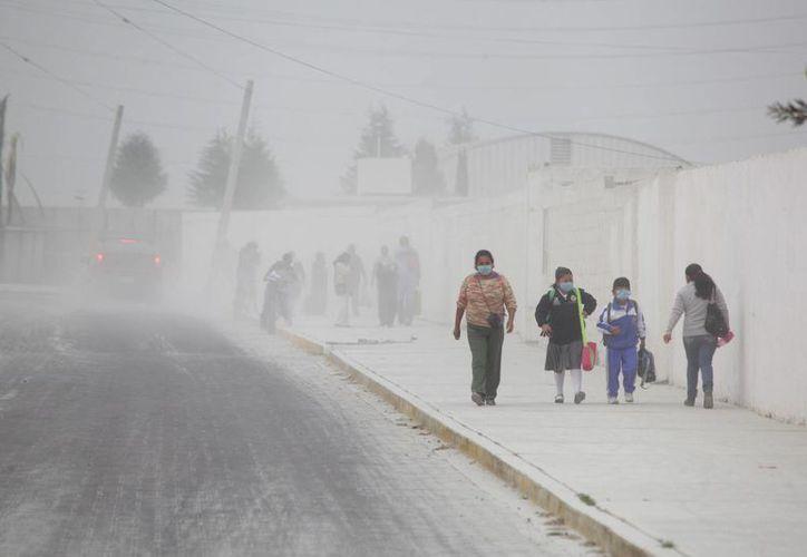 La gruesa cortina de ceniza con la que amanecieron Puebla y sus alrededores era algo que no se veía desde hace años, según vecinos. (AP)