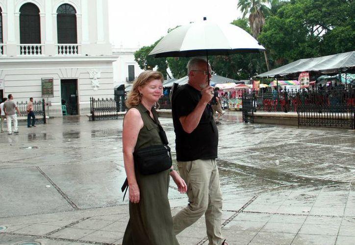 La lluvia vespertina refrescó el ambiente en el centro de la ciudad el domingo. (Jorge Acosta/Milenio Novedades)