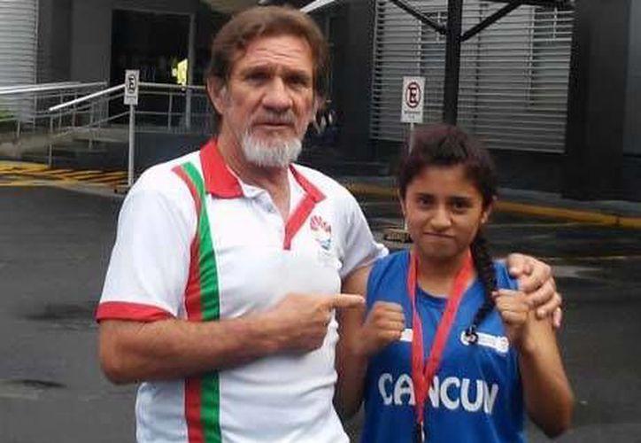 Katerine Camacho participó bajo la supervisión de su manager Joaquín Barahona. (Raúl Caballero/SIPSE)