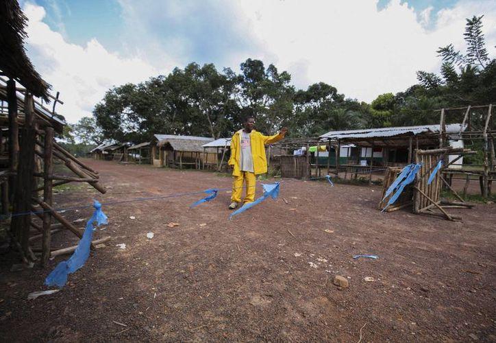 Unos 600 trabajadores sanitarios han resultado infectados de ébola al laborar en la zona más afectada por la enfermedad en África. (EFE)