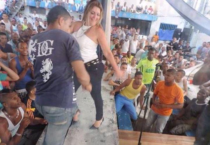 La directora de un penal en Colombia fungió como animadora en un festejo de los reos. (Twitter.com/@humbertbarros)