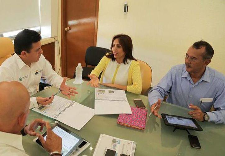 La directora general de la Comisión de Agua Potable y Alcantarillado (CAPA), Paula González Cetina, se reunió con el presidente municipal de Cozumel, Fredy Marrufo Martín para presentar el plan de obras 2014.  (Redacción/SIPSE)
