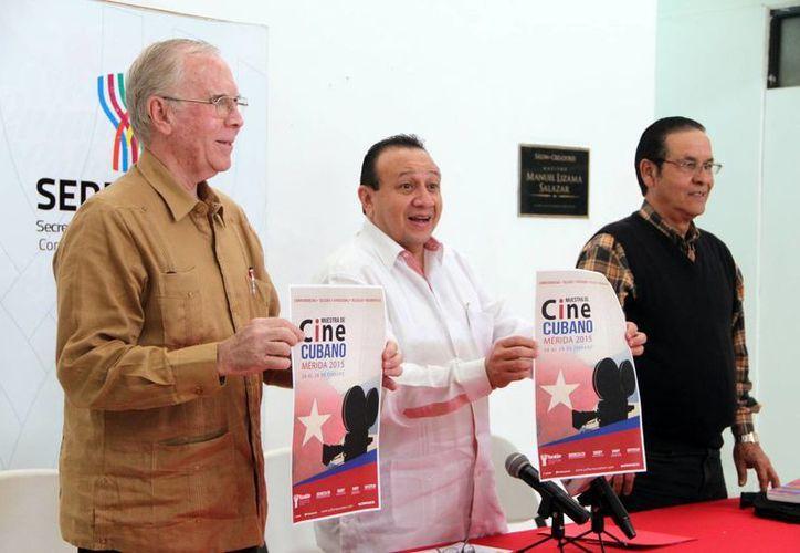 El cónsul de Cuba y el Secretario de Cultura, Roger Metri, presentaron la muestra de cine cubano en Yucatán. (SIPSE)