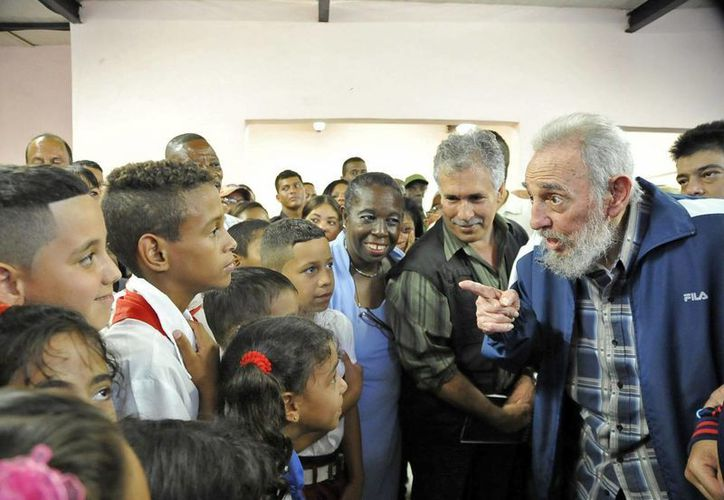Fidel Castro habla con los niños mientras inaugura la escuela Vilma Espín Guillois. (Agencias)