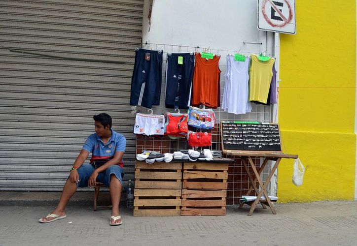 El comercio informal en las calles de Mérida continúa, pese al reglamento de Mercados del Ayuntamiento. (SIPSE)