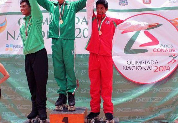 El patinador yucateco Hernando Peñaloza, en lo más alto del podio en Puebla, dentro de la Olimpiada Nacional. (Mauricio Palos/Milenio Novedades)