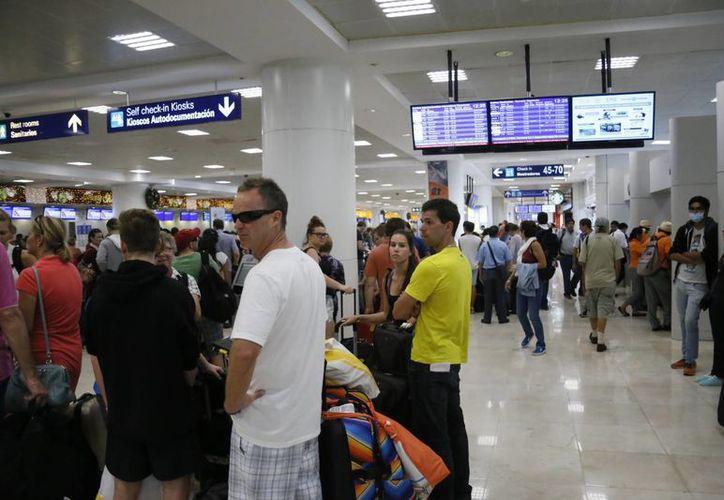 Los pasajeros deben esperar al menos 40 minutos al pasar por la aduana. (Israel Leal/SIPSE)
