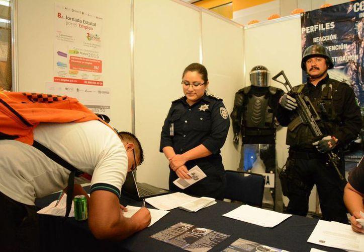 El estudiante acudió ayer en la Jornada Estatal del Empleo en el Cancún Center. (Victoria González/SIPSE)