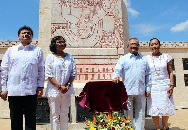 Autoridades de cultura y Armando Manzanero haciendo guardia de honor. (Milenio Novedades)