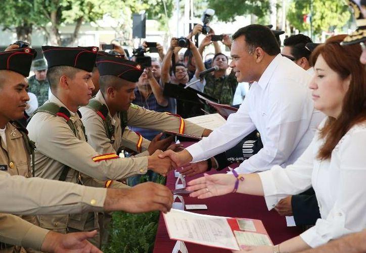Soldados de la X Compañía del SMN recibieron este sábado cartillas de liberación de manos del gobernador del Estado, Rolando Zapata Bello.- (Oficial).