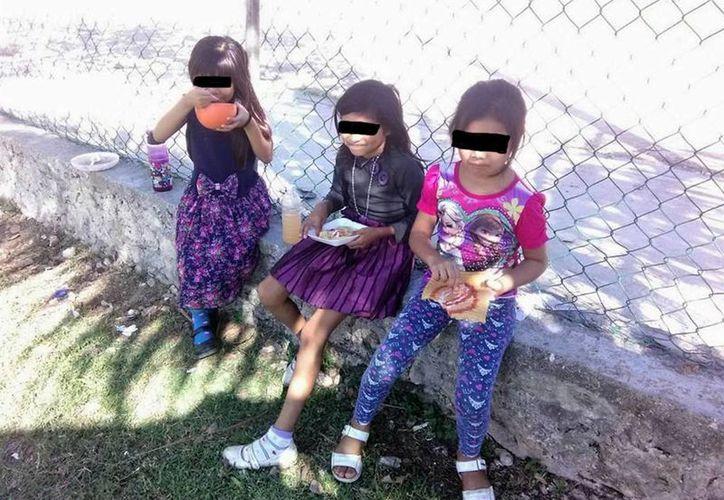 Al menos medio centenar de alumnos tienen que ingerir sus alimentos en los pasillos, en el suelo o en los patios de la escuela. (Javier Ortíz/ SIPSE)
