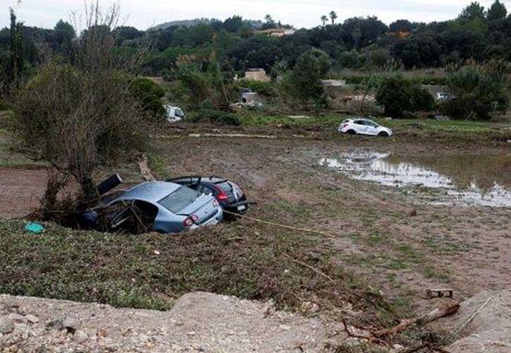 La zona de desastre muestra vehículos arrastrados por la corriente y un poblado cubierto por lodo. (Excélsior)