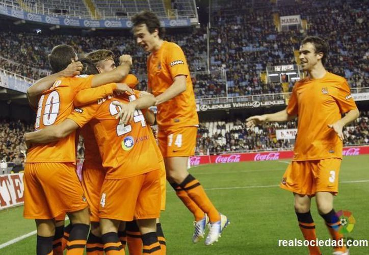 Carlos Vela cobró un penal con éxito dándole el triunfo a Real Sociedad. (realsociedad.com)