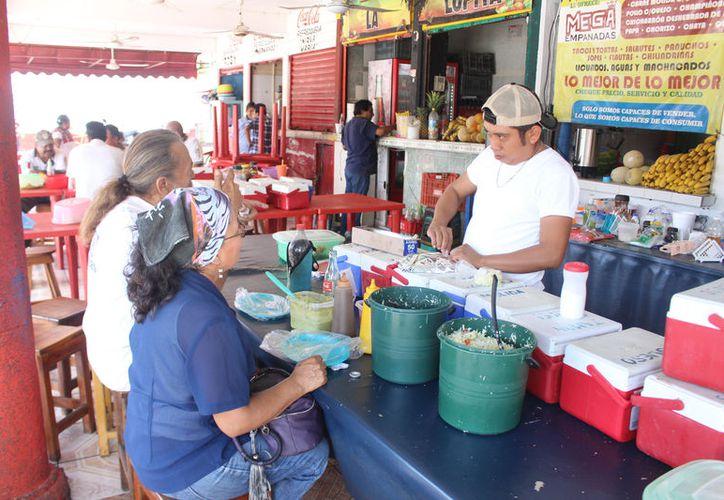 Al día logran vender más de 500 piezas, tanto en personas locales y visitantes. (Foto: Jesús Caamal/SIPSE)