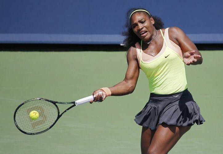 Serena Williams, número uno del circuito femenil, invirtió una hora y 40 minutos para derrotar a la rumana Simona Halep, y así conseguir su quinto trofeo de la temporada. (AP)