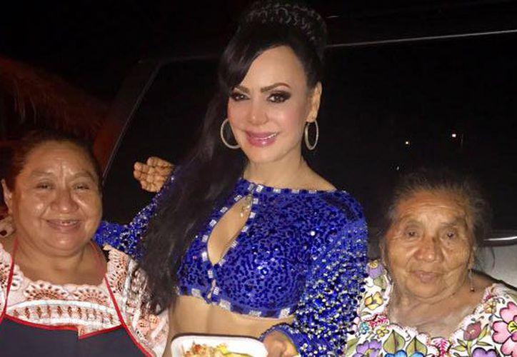 Maribel Guardia posó a lado de dos yucatecas en su reciente visita al estado. (Facebook)