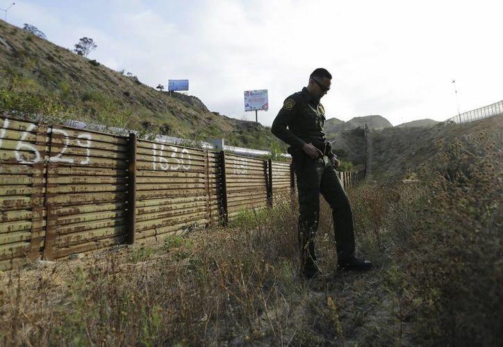 Un agente de la Patrulla Fronteriza fotografiado en un punto de la frontera con México, cerca de San Diego. (AP/Gregory Bull)